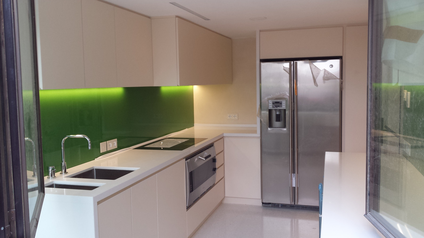 Cucina laccata con vetro verde smeraldo