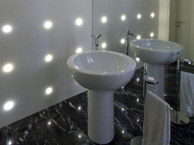 Bagno con specchio a parete