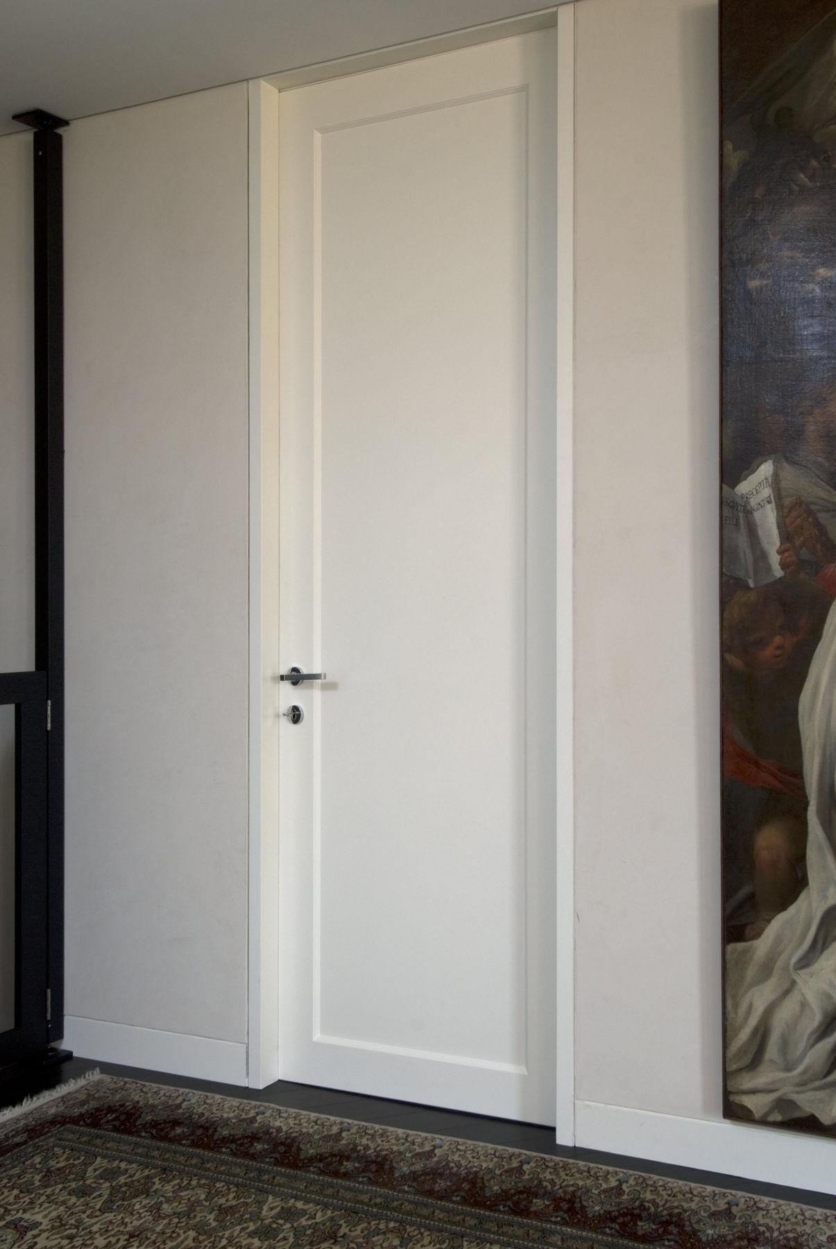 Porta laccata con cassa filo muro