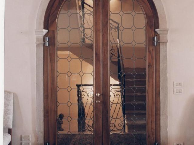 Porta ad arco interna con vetro rilegato a piombo